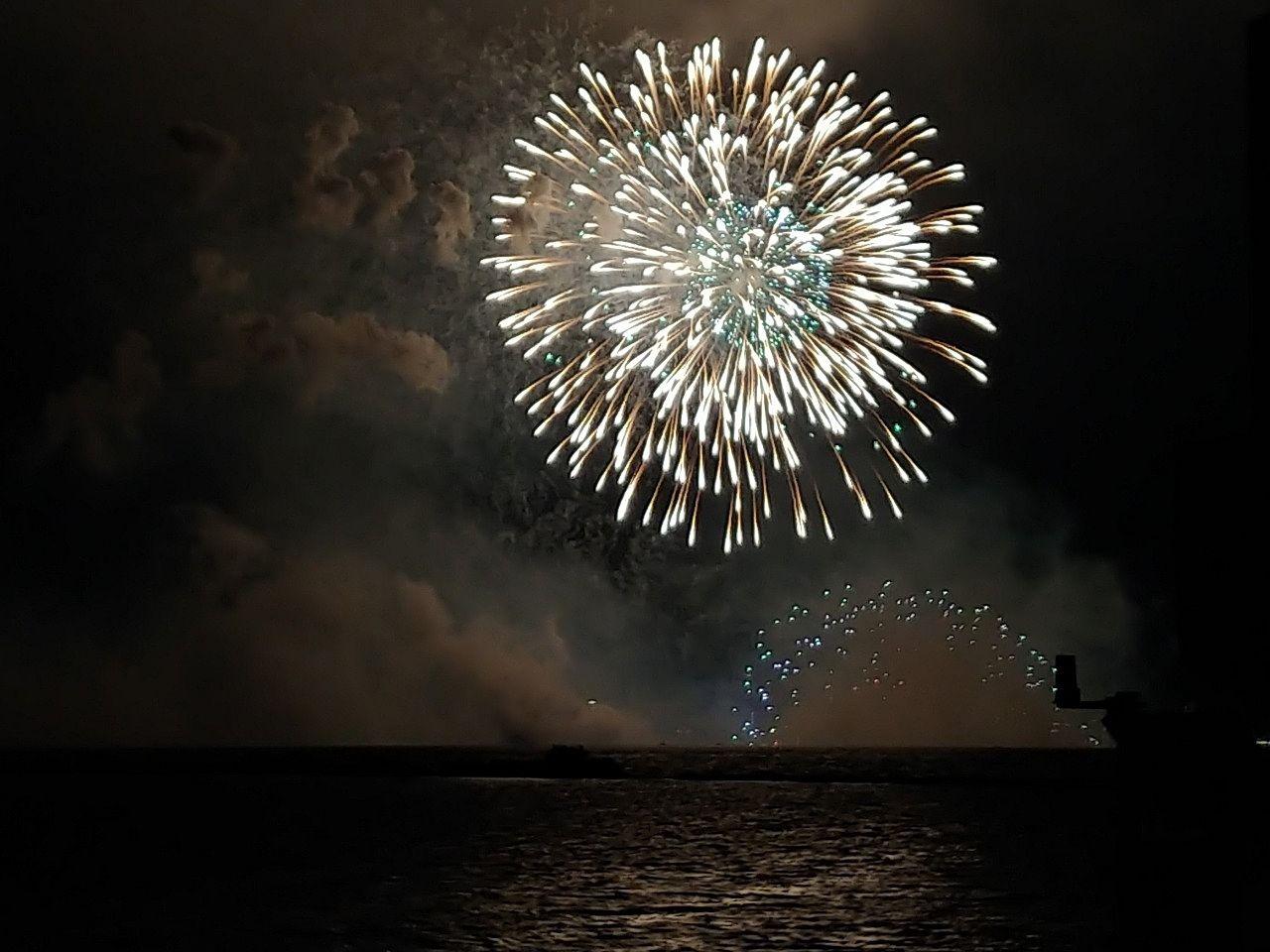 諏訪湖祭湖上花火大会です