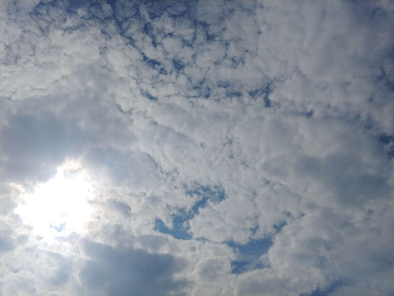 厚い雲の奥にまぶしい太陽が見えます