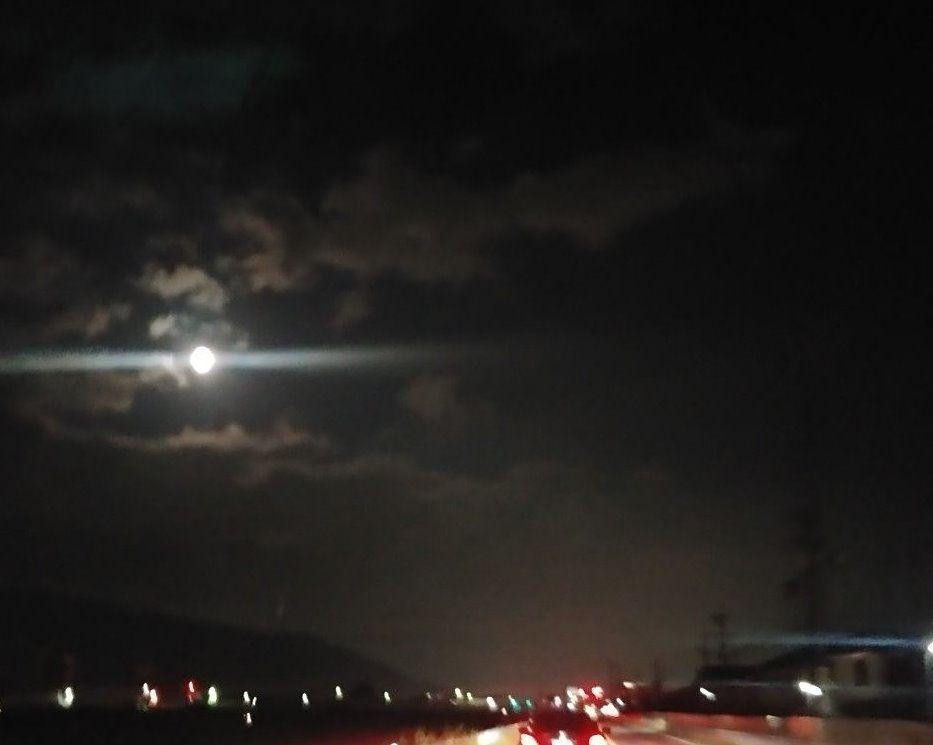 雲間から月が見えました