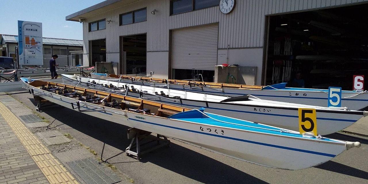 漕艇庫前に準備されたボートです