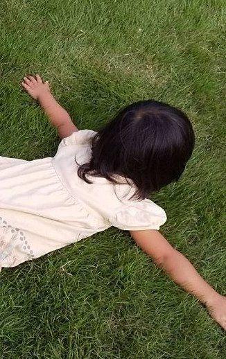 芝生に寝転がっています