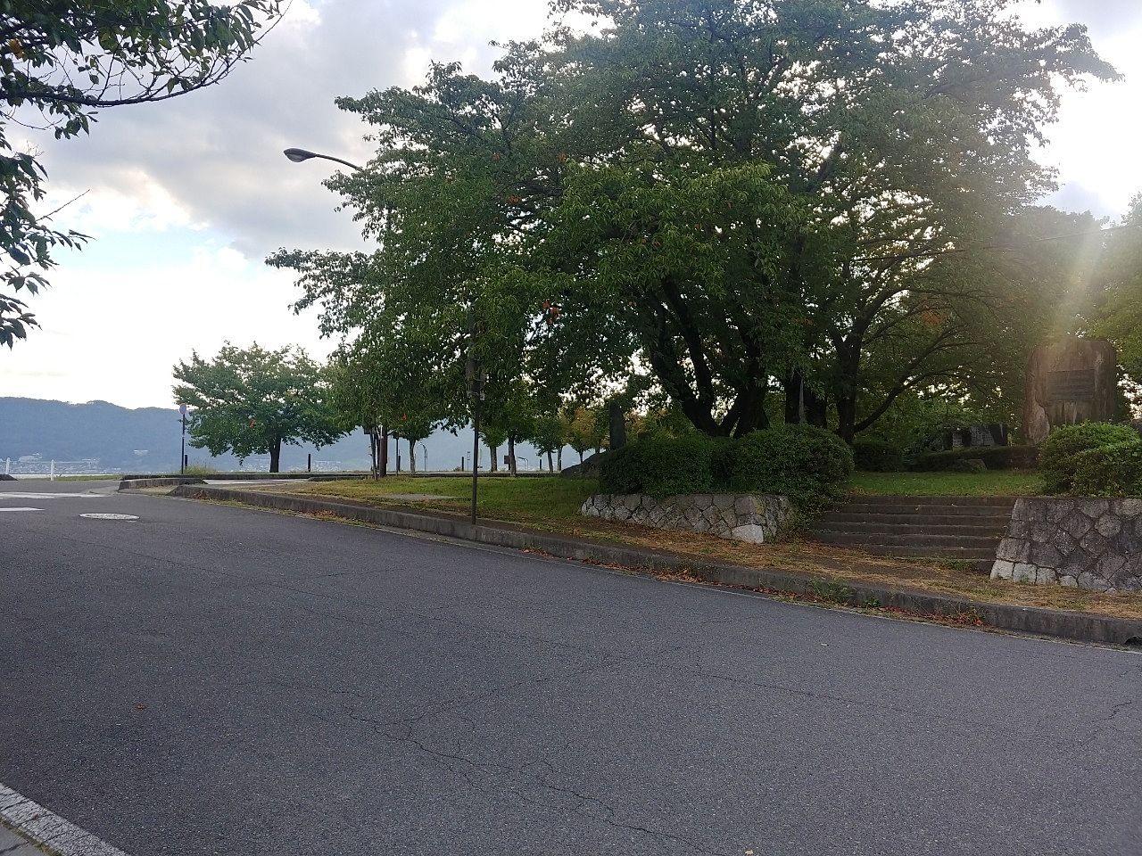 東側駐車場から見える公園東入口です