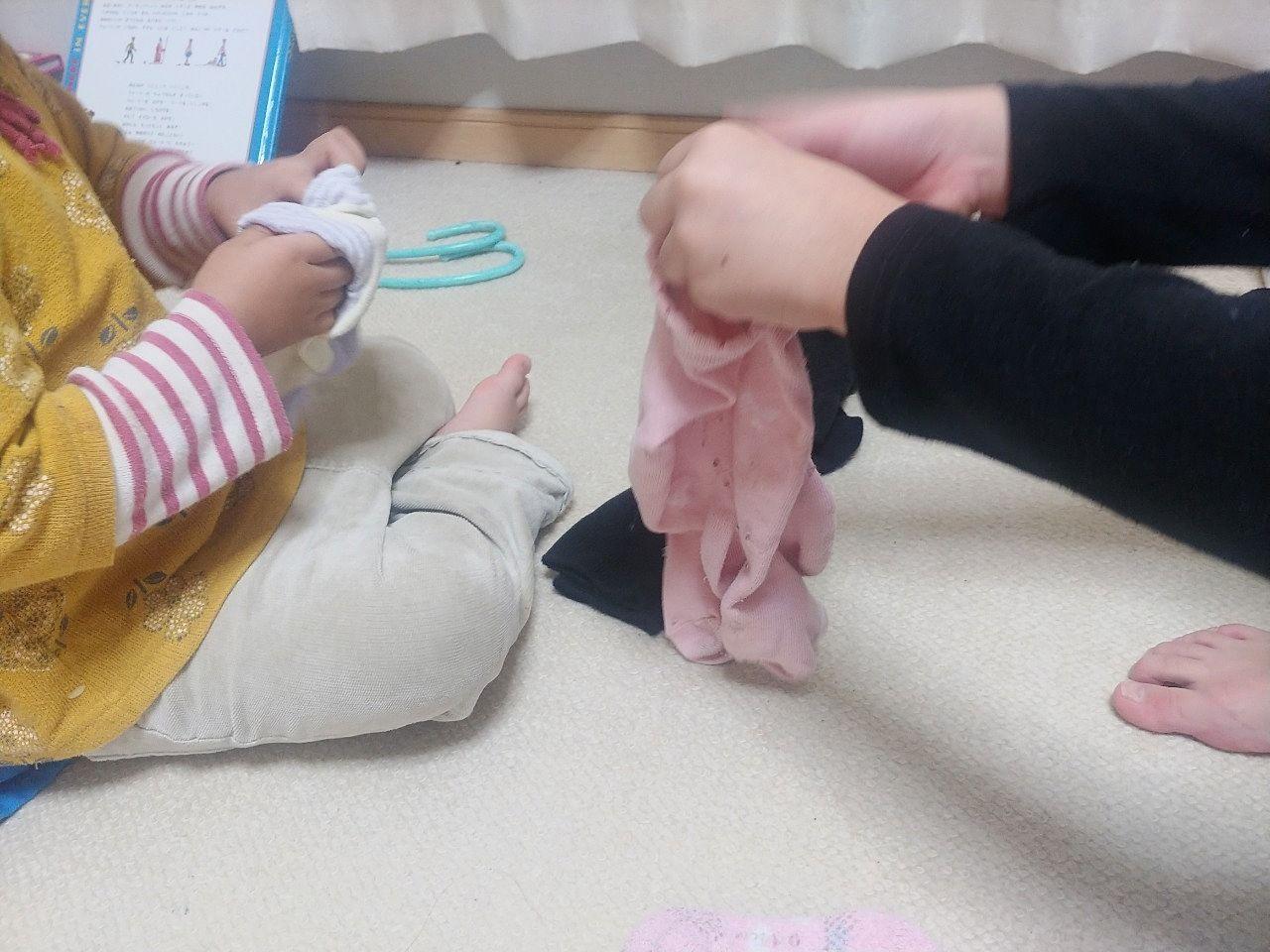 靴下のまとめ方を指南している様子
