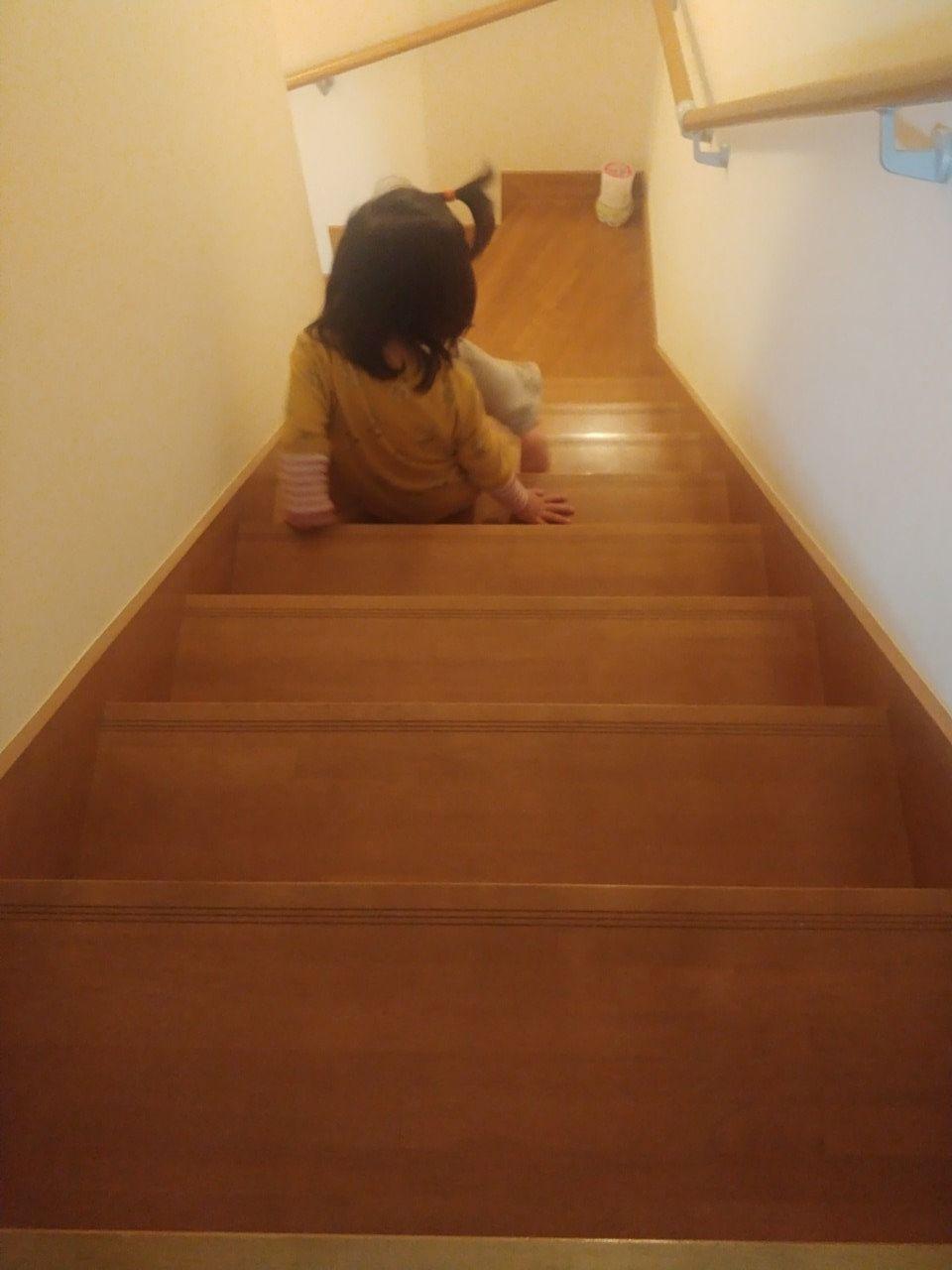 教わった通りに階段を降りる長女