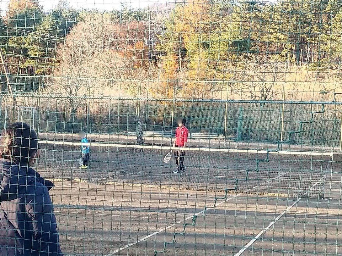 ソフトテニスの試合に挑戦する様子