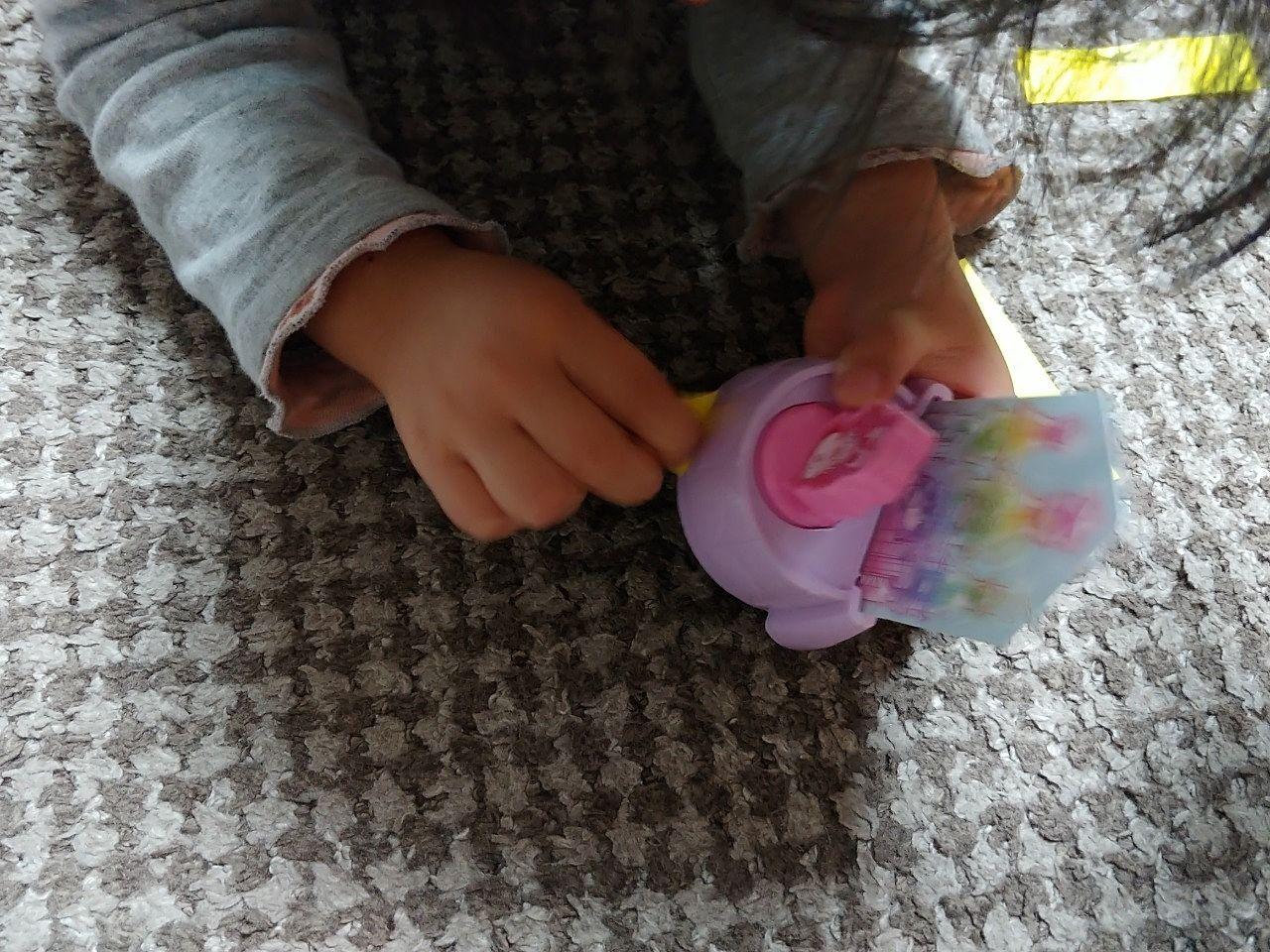 ハッピーセットのおもちゃで遊ぶ