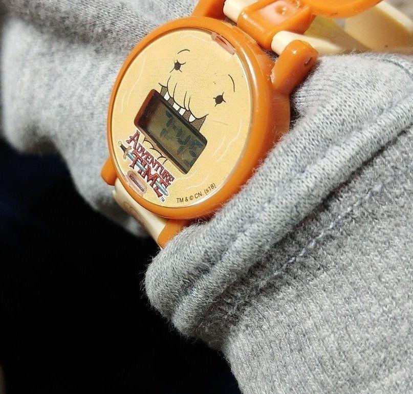 自分の腕時計で時間を確認する息子