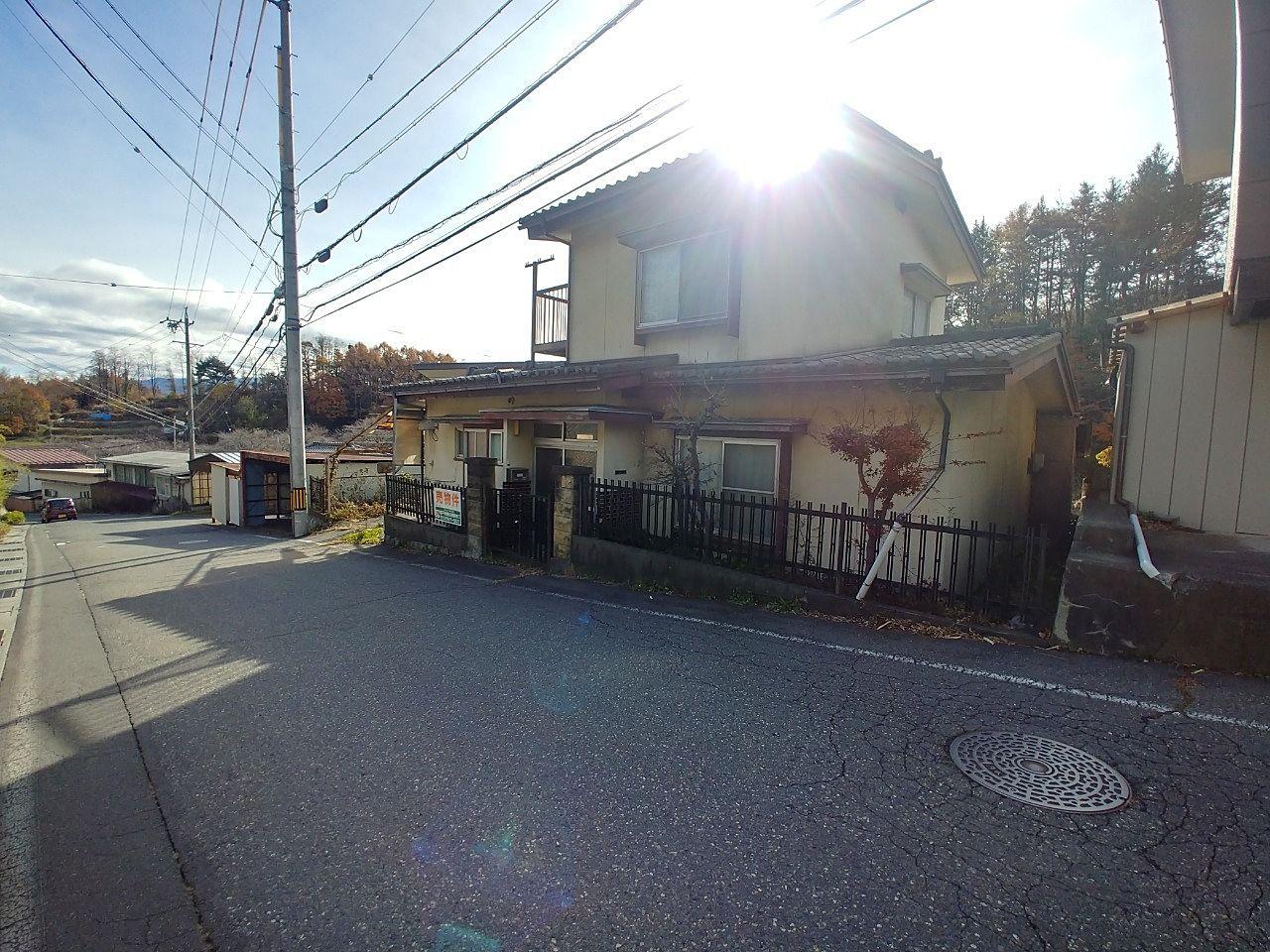 日差しを浴びた建物