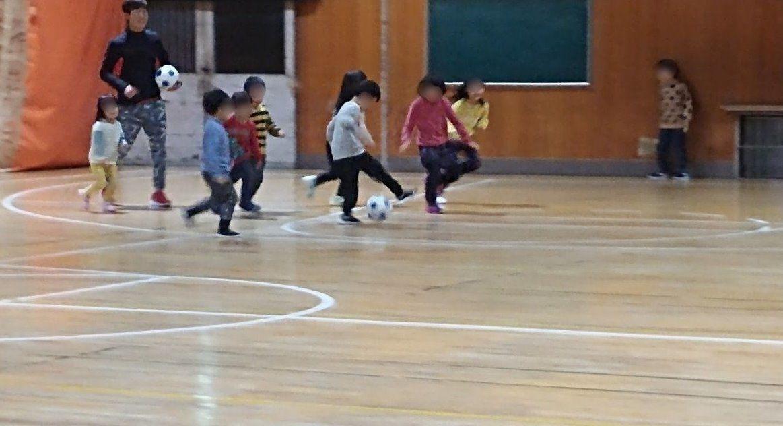 サッカーで走り回る子どもたち