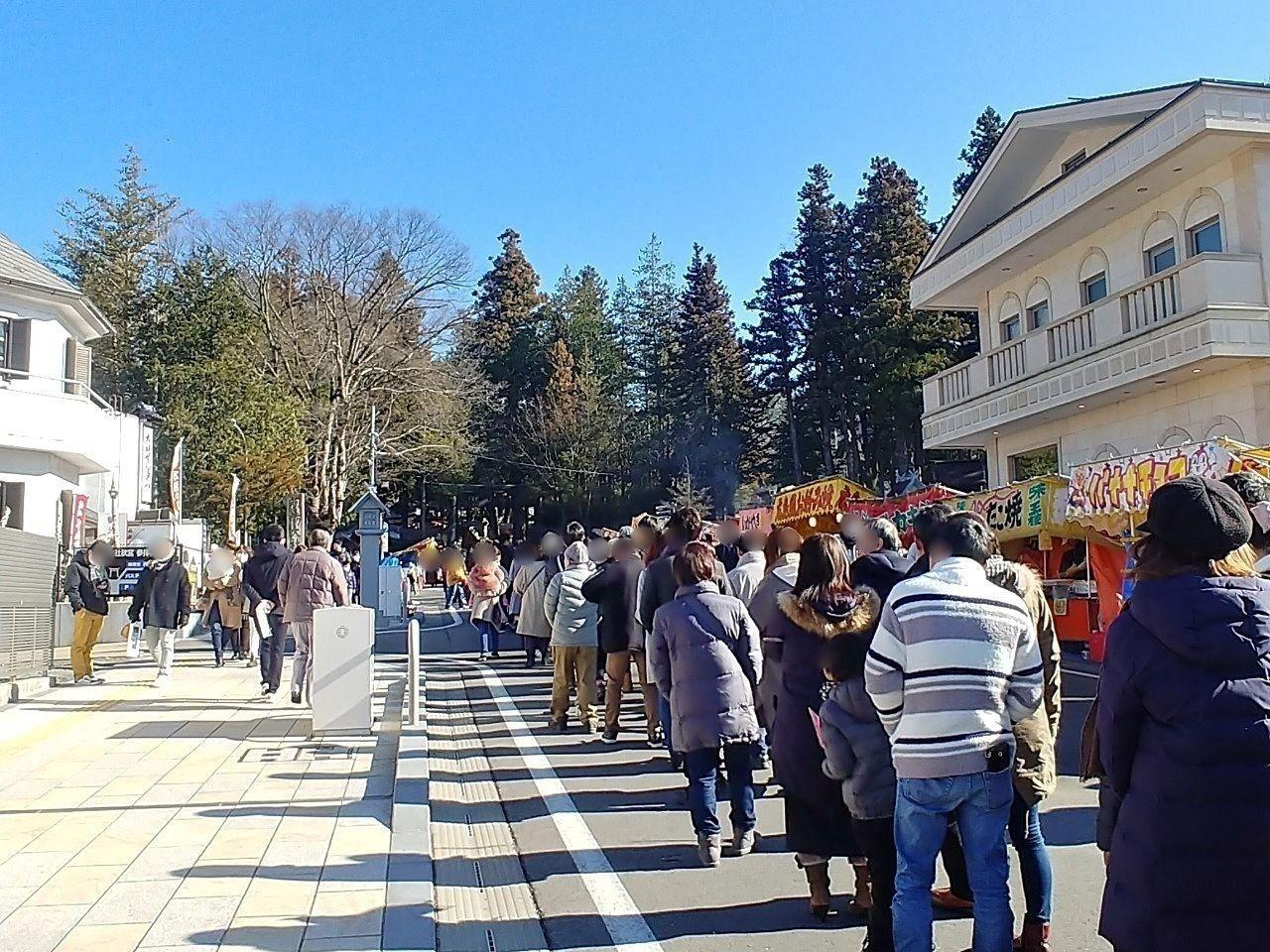秋宮へ続く初詣の列