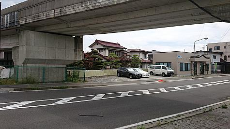 ・田中線方面からだと高架橋の手前の右側 ・レイクウォーク方面からだと、高架橋をくぐったらすぐ左側