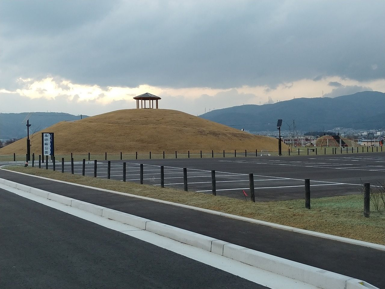 赤砂崎一帯の整備を進めている下諏訪町。砥川下流の西側では、赤砂崎公園が整ってきました(^O^)まだ立ち入り禁止となっているので利用できませんが、諏訪湖周のジョギングロードから見える公園の様子をご紹…