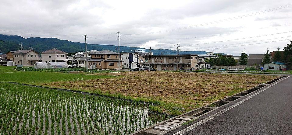 周辺には田んぼや畑も有り、道路の両側には農業用水路が流れています。