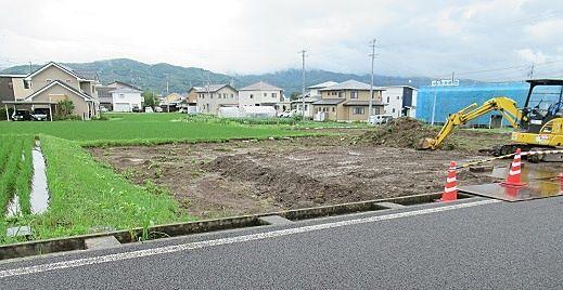 工事用車両が出入りできる様、周囲の土を集めて道路と高さを揃えます。