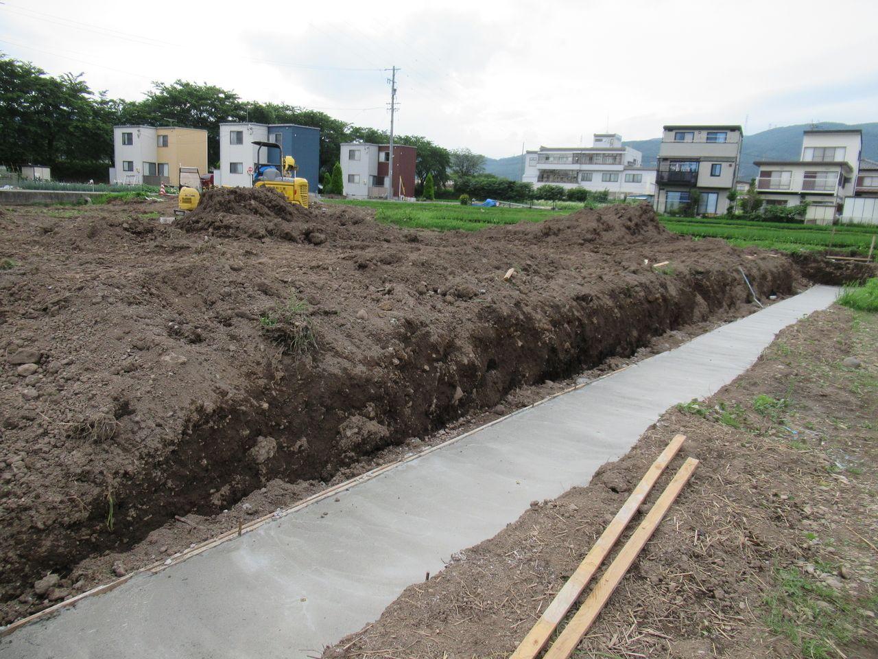 コンクリートの擁壁を設置する為の基礎が綺麗に出来ました。