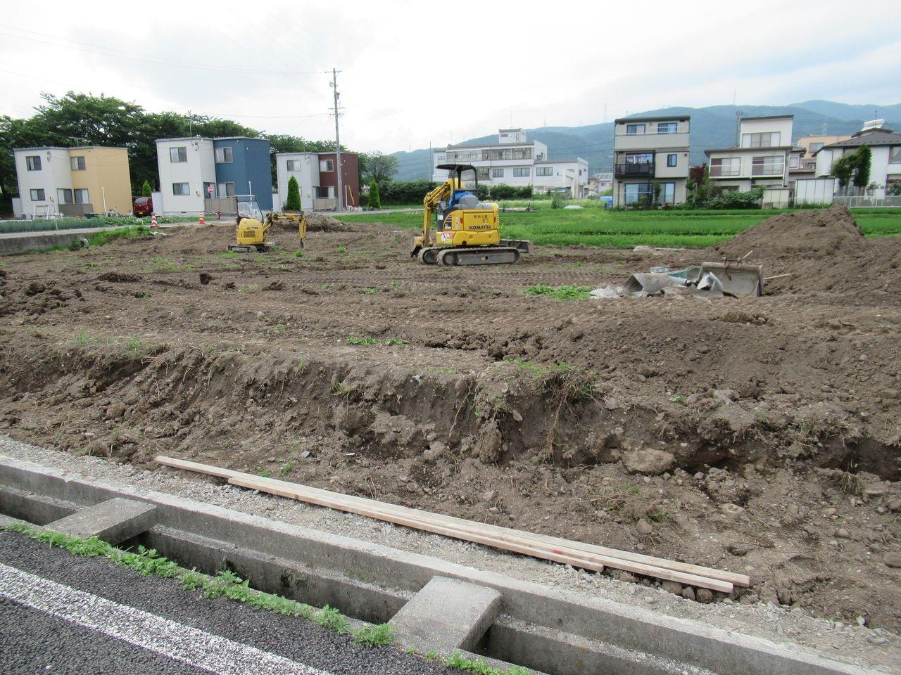 土留め構造物を壊した時に、側溝(水路)も壊したら自費で入れ替えなくてはならなかったのです。職人さんの丁寧な仕事と運の良さに感謝!感謝!