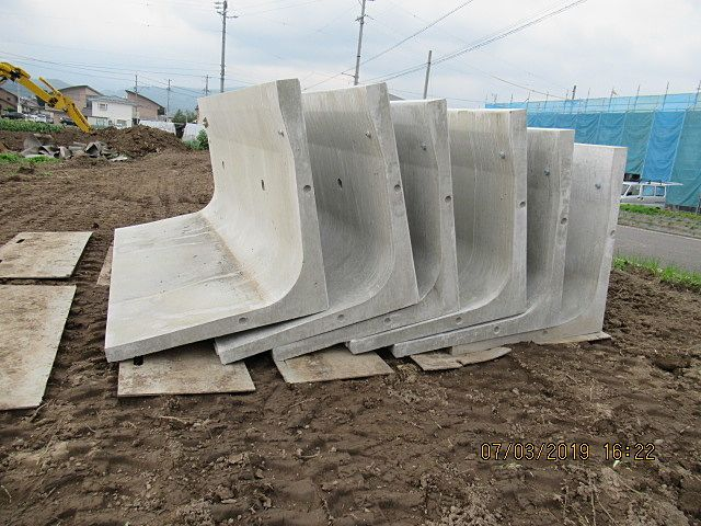 土圧が一番掛るコーナー部は肉厚にして強度を増しています。 立ち上りとベースのサイズが同じ位あります。土の中でしっかりと踏ん張ってくれます。