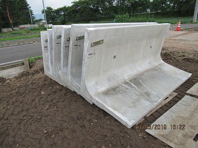 品質管理の下、工場生産されたコンクリート擁壁を設置します。