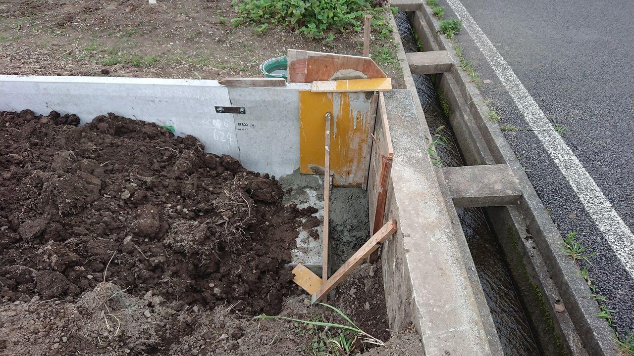 規格品なので寸法が不足する分は現場で鉄筋を組んで型枠を立ててコンクリートを打設して暫く養生しておきます。
