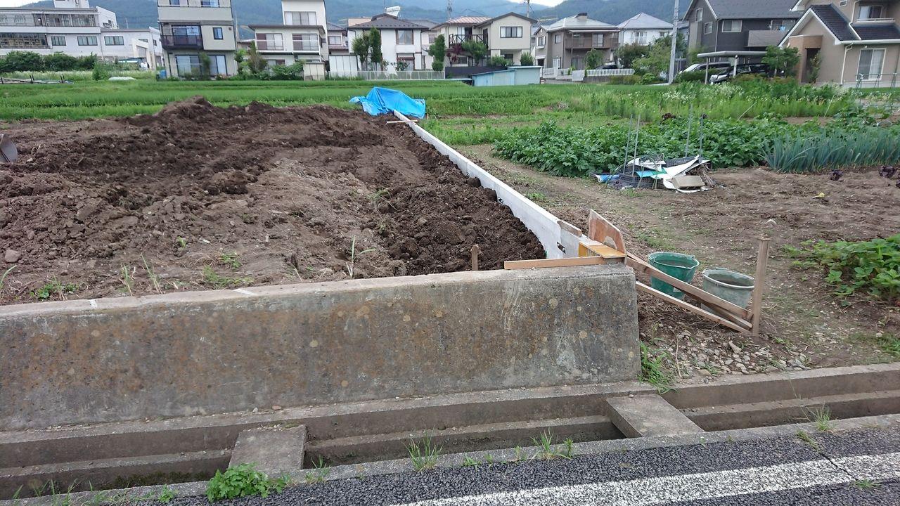 高さ800mmのPC擁壁ですが、計画地盤まで土を盛ると、宅地内からは10㎝ほどしか見えません。