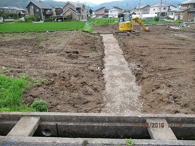 2号区画へ入る為の私道を造り始めました。
