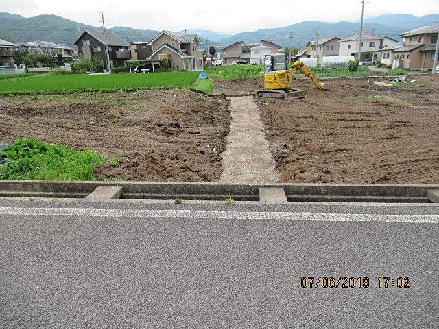 北側に2区画(1号と2号)造りますが、南側の3区画よりも地盤の設定は高くしてあります。 このままだと道路と宅地の段差が60㎝有りますから、それを解消する為にコンクリート擁壁を設置して土を埋めて道路と同じ高さにします。