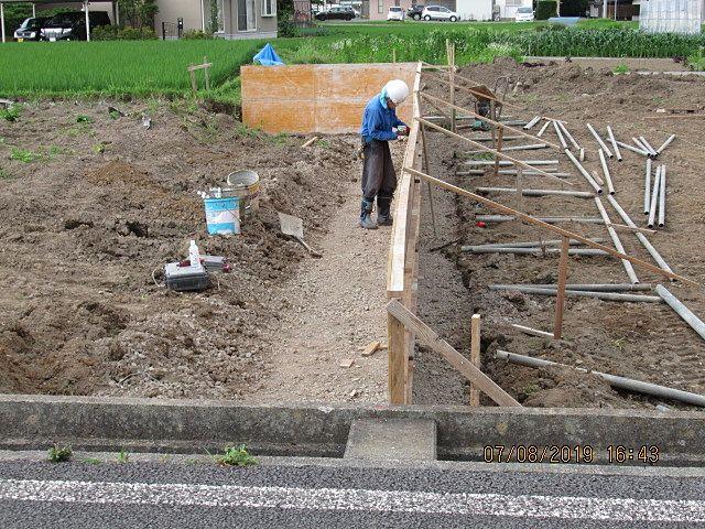鉄筋を組んでから反対側にも型枠を建てます。その後で右側に見える単管パイプでガッチリ組みます。