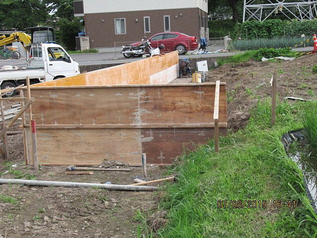 コンクリートを打設した時にパンクしないよう、しっかりと建てます。