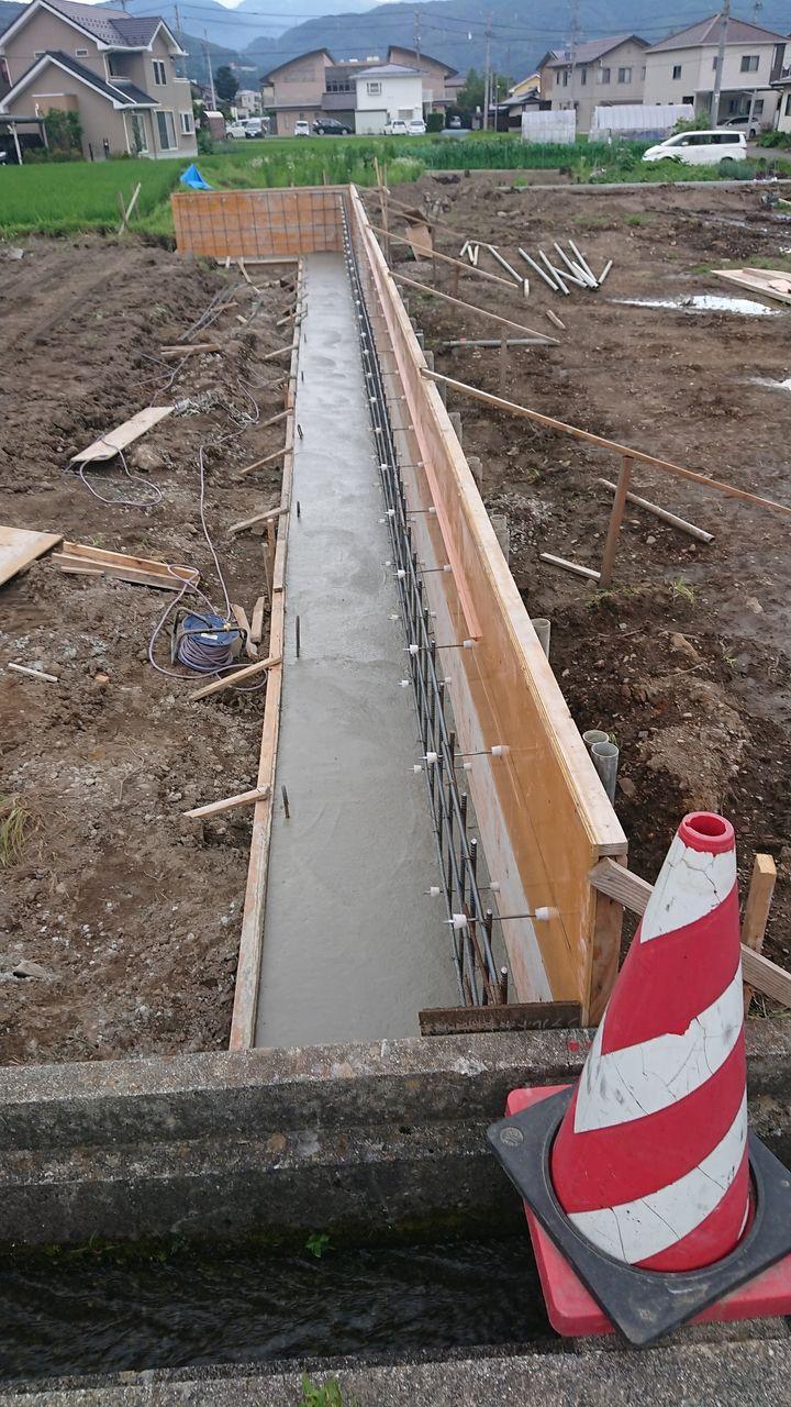 2号区画へ入る為の私道のコンクリート擁壁、ベースが打設されました。