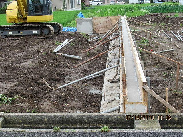 生コンクリートを打設して、固まるまでしばらく放置です。 ところで、生コンクリート(通称:生コン)を英語で何というか? 昔、土木屋さんに出題されました、 フレッシュ コンクリート!(生=新鮮=フレッシュだと思ったから) ブブー‼ 答えはレディミクストコンクリート (ready mixed concrete) 意味は分かりません。 興味のある人はググってみて下さい。