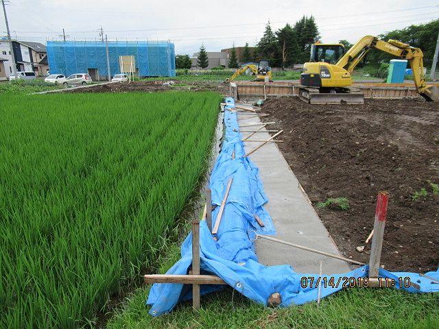 連休明けから擁壁を設置します。その前に基礎となる捨てコンクリートと呼ばれる土台となるコンクリートを打設して準備しておきます。