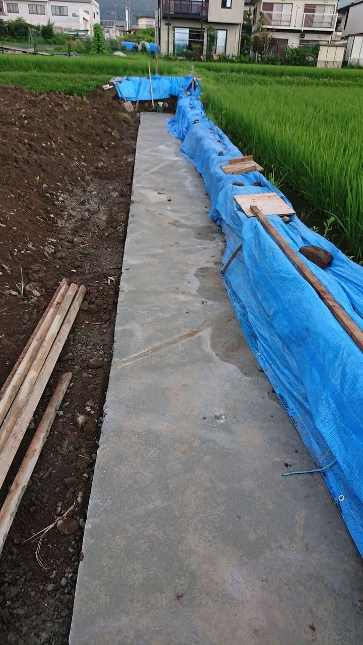 昨日も今日も雨でしたが、お隣りの田んぼの畔も崩れる事なく踏ん張ってくれました。こちらも擁壁のベースが出来てきました。