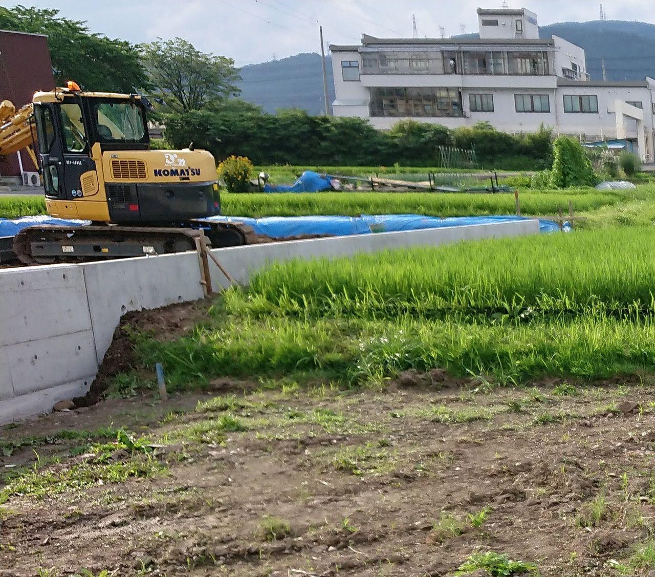 毎日雨が降っていて地盤が緩んでいましたから、畔が崩れたりしたらお隣りの田んぼの水が抜けてしまいます。無事にコンクリート擁壁が完成してよかった。