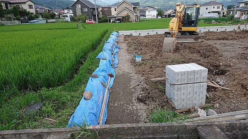 北側の田んぼが崩れないように、コンクリート擁壁を設置します。
