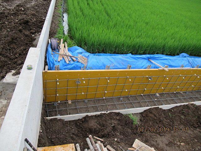 左手前のコンクリート擁壁は、現場で鉄筋を組んで型枠を立てて生コンを打設して造りました。 左奥のコンクリート擁壁は、品質管理された工場で作ったPC擁壁を設置しました。 厚みが違うのは、擁壁にかかる土圧の違いによるものです。
