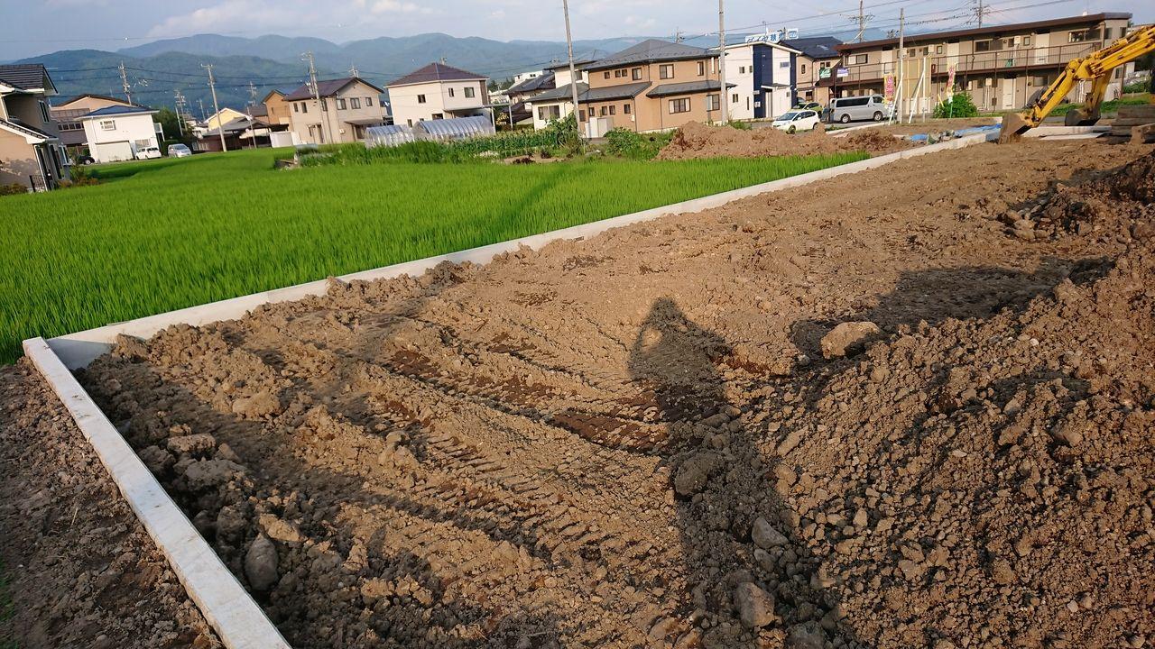 北側も東側も田んぼです。 田んぼの水が漏れて宅地の方に漏れて来ないかと心配していましたが、工事中を通して確認していましたが、その様相は見られませんでした。