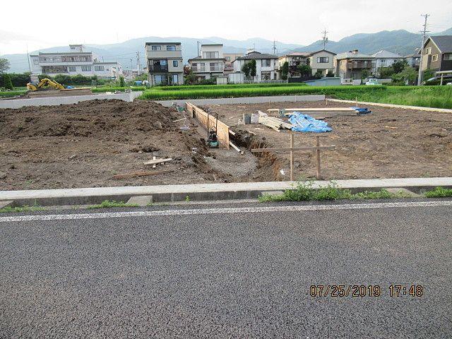 4m×2軒分 水路に蓋をして宅地への出入りが出来るようにするのですが、住宅用では一軒あたり4mまでという岡谷市の決まりがあります。