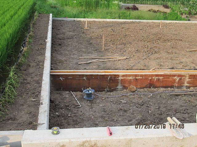 完成宅地に向けて、設定された地盤の高さ(GL)に土を盛っています。