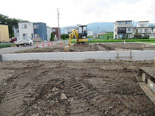 1号区画より2号区画の方が少し地盤が高くなるように仕上げます。そのための帯コンクリートを設置します。