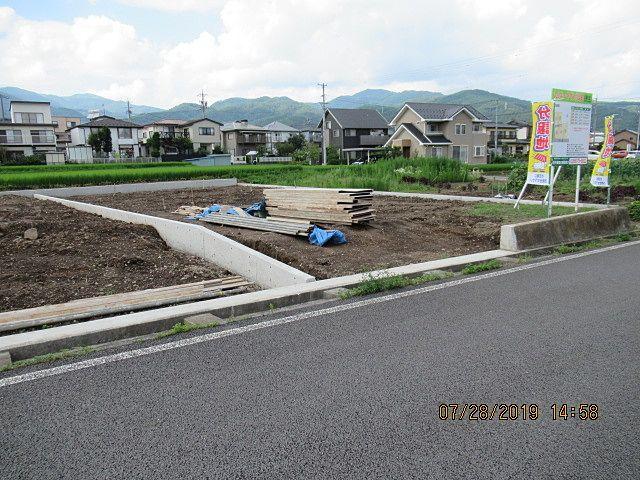 車両などが出入りする部分の水路は、岡谷市の規定で間口4m以下と決まっています。 3号区画と4号区画の間に8m幅で水路に蓋をします。 水路に蓋をして出入りが出来るようにする権利として、「水路占用料」を毎年支払います。