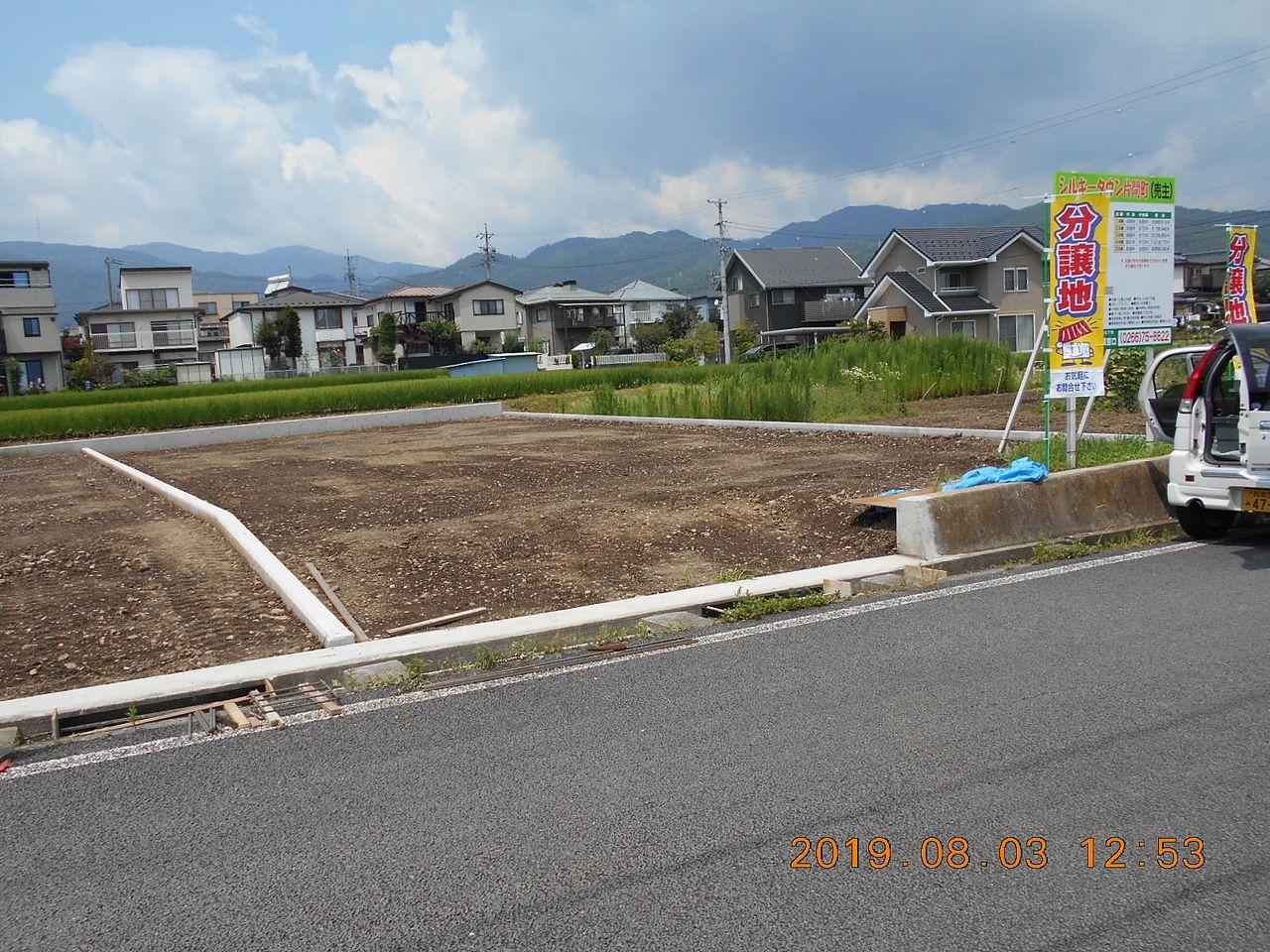 出入口の水路にコンクリートの蓋を造るために、鉄筋と型枠が組まれています。