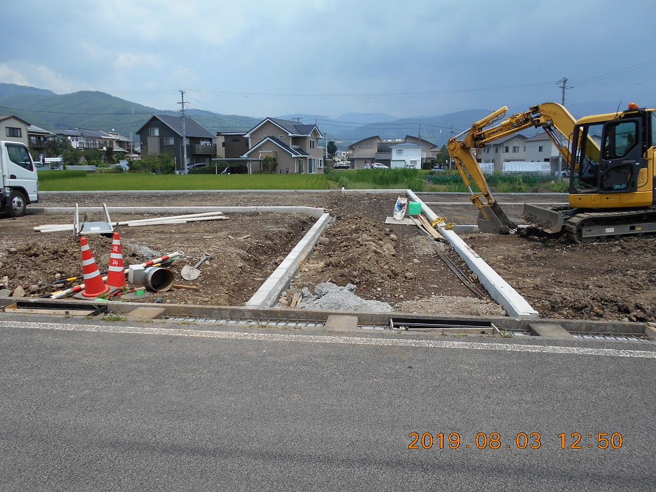 出入り口の水路の上にコンクリートの蓋を造る準備をしています。