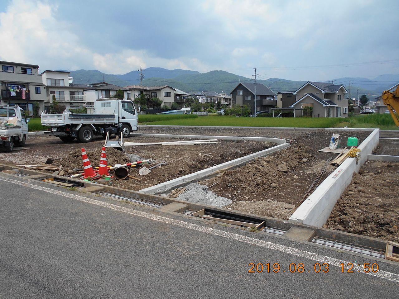 1号区画と2号区画を仕切るコンクリートブロックの設置が終わりました。これから土を埋め戻します。
