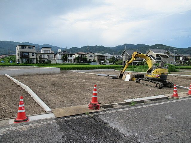 南側にある岡谷市道から上・下水道の引込み工事も終わりました。整地もされて綺麗な宅地が完成しました。