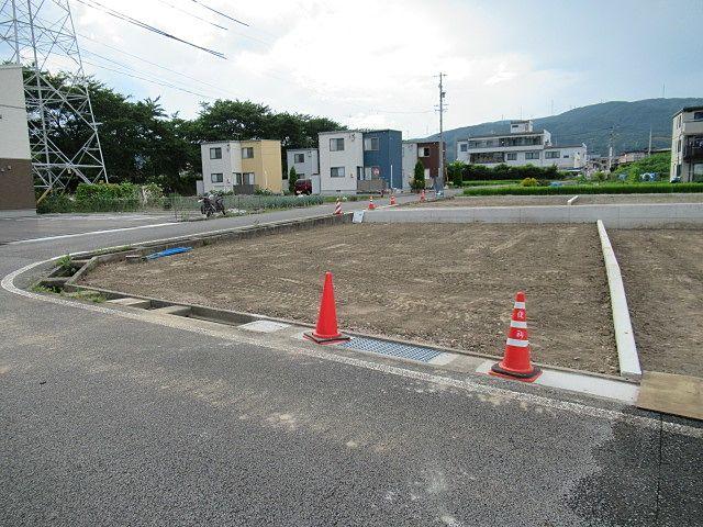 岡谷市道が2ヶ所に接する「南西角地」 出入り口のコンクリートの蓋と金網(グレーチング)も完成しています。 上・下水道は、既設で整備済です。