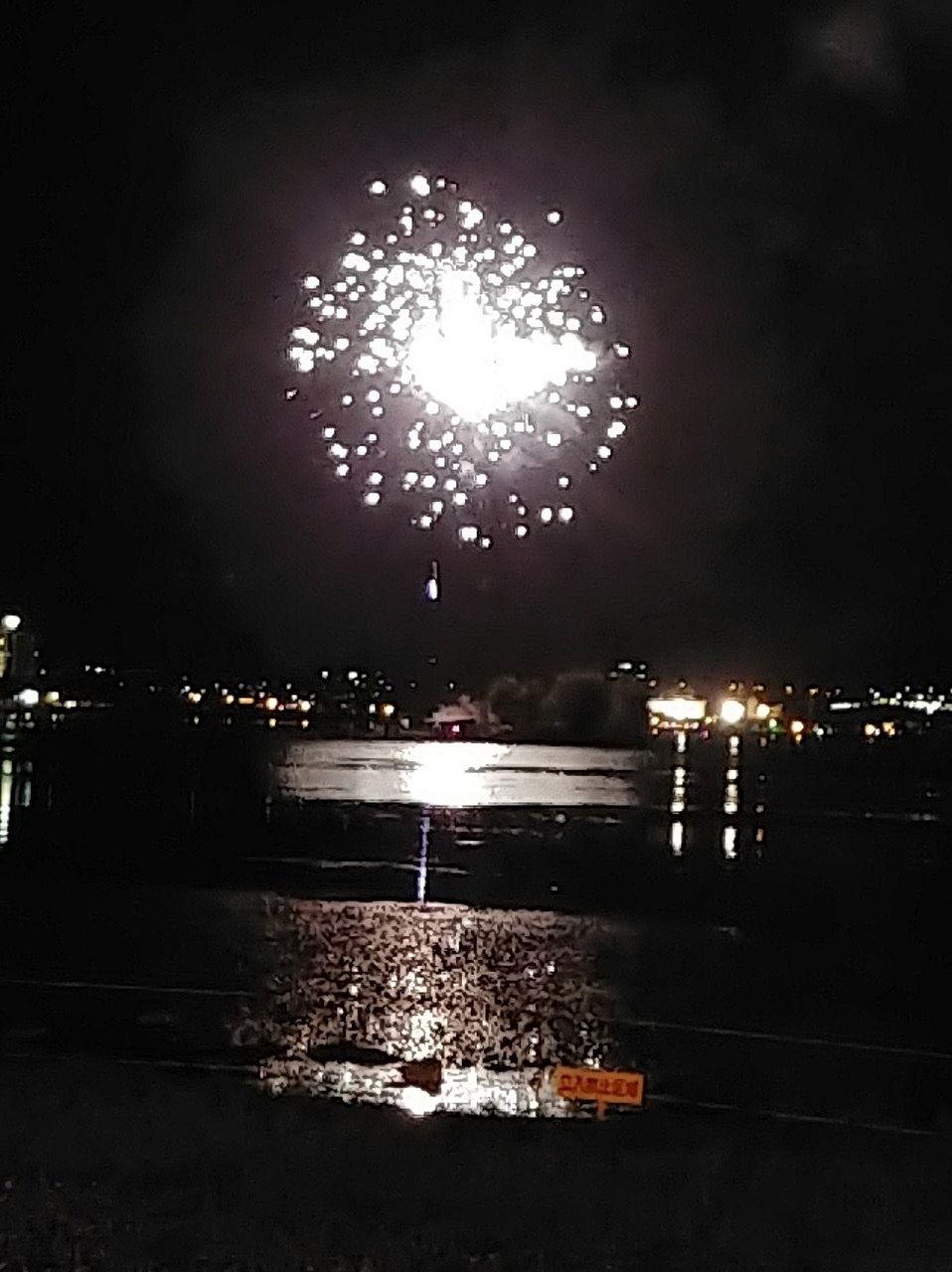 諏訪湖面に花火が見事に映っています