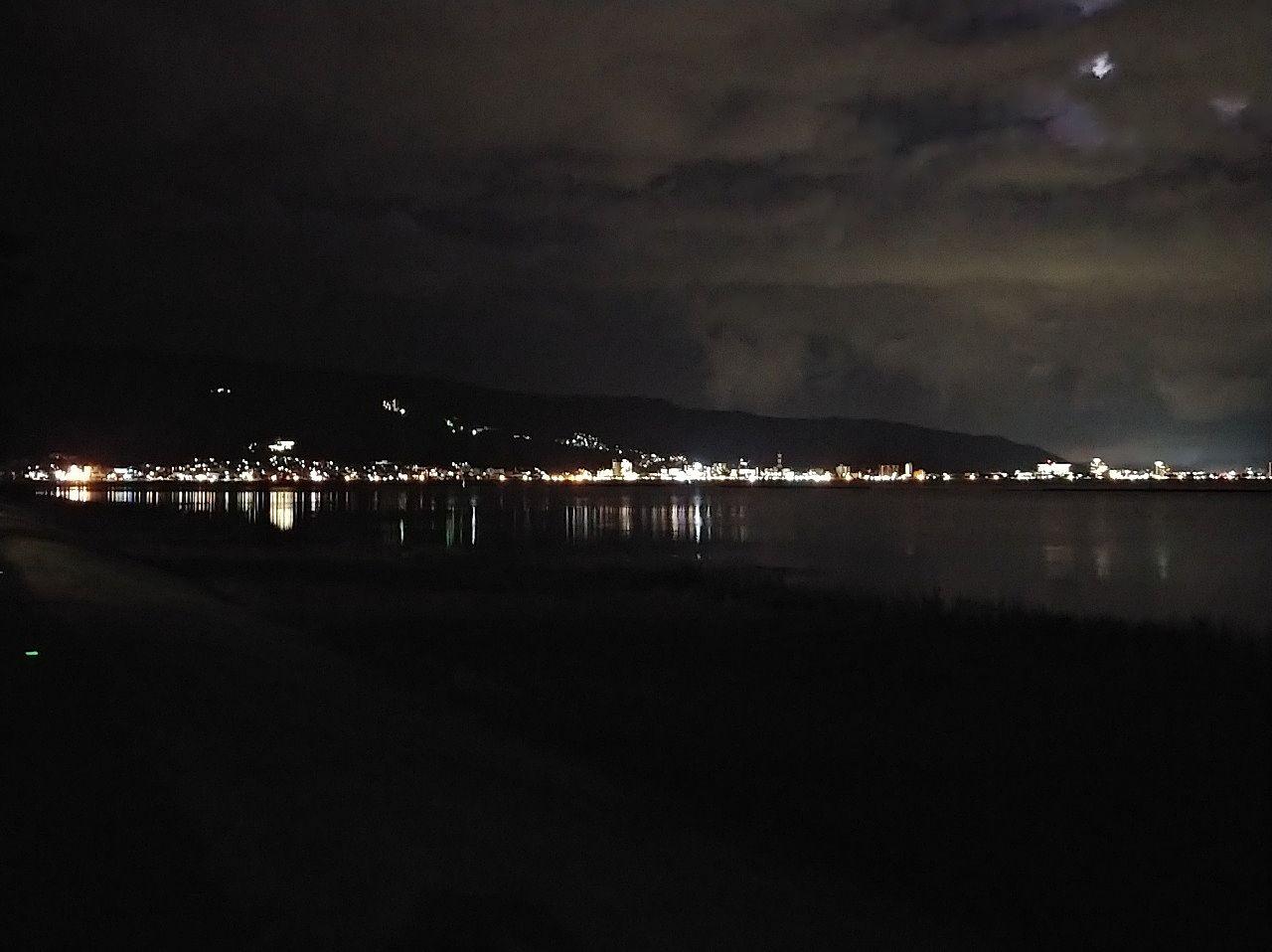 下諏訪方面から見た諏訪市諏訪湖畔の夜景です