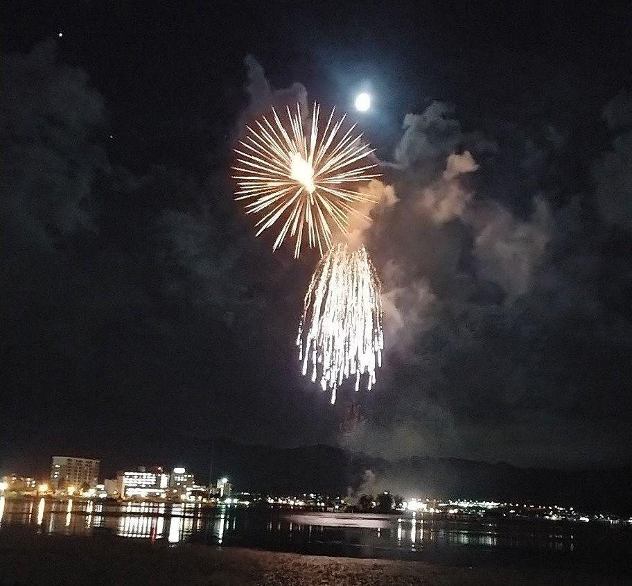 諏訪湖上で花火と月の共演です