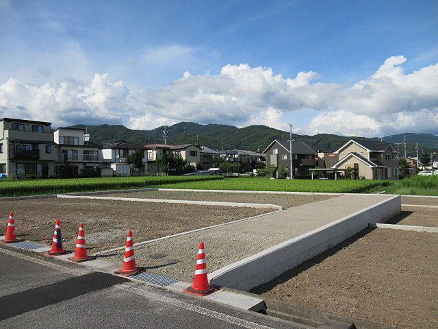 私道(15.87坪)は幅が3mあります。 岡谷市道からの出入口には水路占用許可を取って設置した、コンクリートの蓋と金網(グレーチング)が見えます。