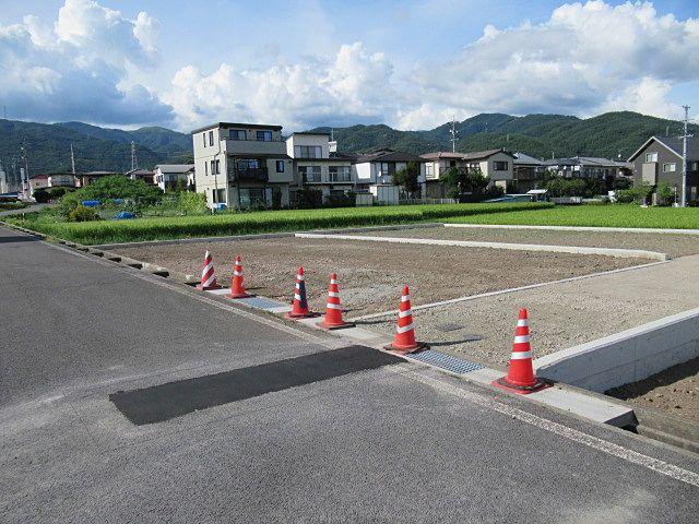 岡谷市道からの出入りは4m分(許可MAX)の水路占用許可を取ってコンクリートの蓋をしてあります。 南側の2号区画への進入路(私道)からは出入りできません。